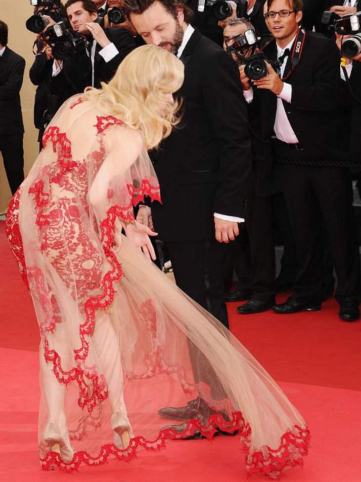 Cannes ... sie kämpft mit ihrer Schleppe, denn was schön ist, ist nicht immer praktisch.