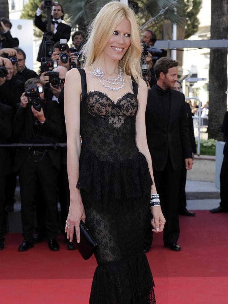 CannesClaudia Schiffer im halbdurchsichtigen, schwarzen Kleid ist sehr dünn geworden.