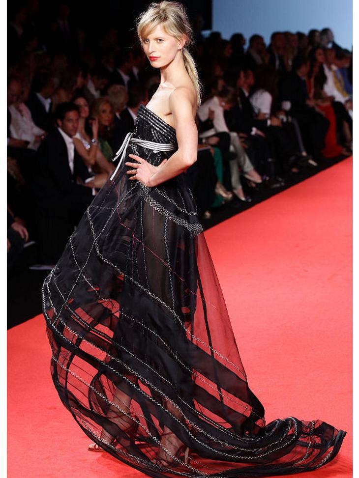 """CannesKarolina Kurkova lief in drei verschiedenen Kleider über den Catwalk der """"Fashion For Relief""""-Show. Hier in Schwarz ..."""