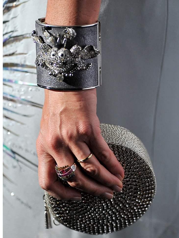 CannesPrinzessin Camilla trug neben ihrem Mini-Täschchen einen massiven Armreif mit Glitzermonster.