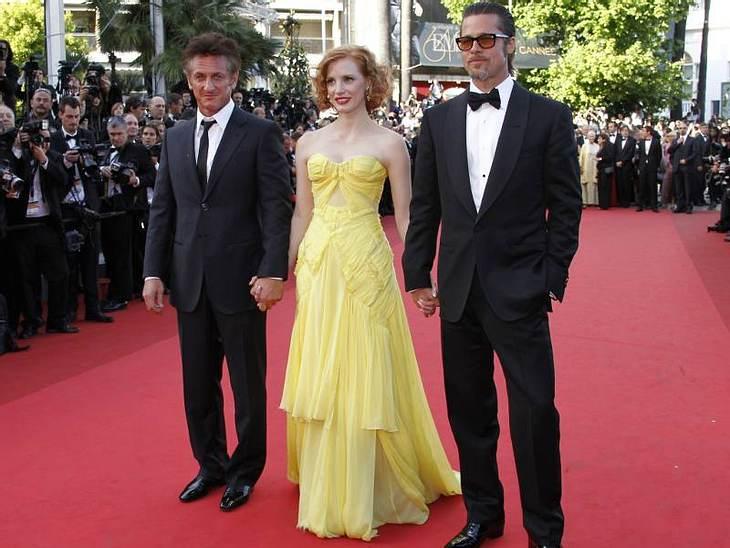 """CannesSean Penn, Brad Pitt und Jessica Chastain halten Händchen für ihren neusten Film """"Tree Of Life""""."""