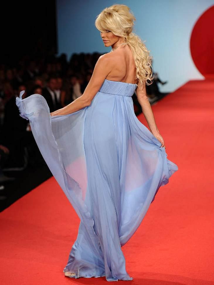 CannesVictoria Silvstedt wandelte im blauen Chiffon-Kleid über den Charity-Catwalk.