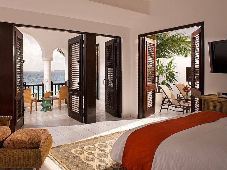 Luxus-Hotels: Hier steigen die Stars abEin Zimmer mit Blick auf den knallblauen Ozean - was braucht man mehr, um das perfekte Urlaubs-Feeling zu bekommen? Neben dem Frühstück ans Bett, einem Mann, der einem die Füße massiert und einem Sprun