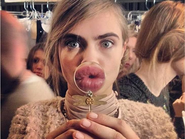 Küss mich!Wer braucht schon Collagen? Model Cara Delevigne vergrößert ihre Lippen ganz einfach mit der Lupe zum XXL-Schmollmund.