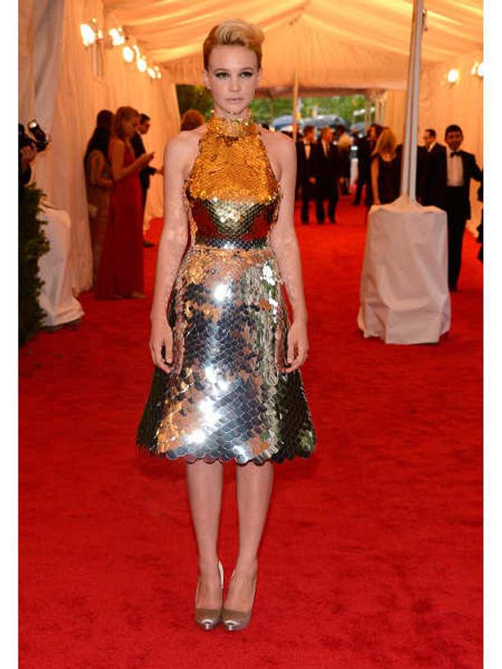 Met-Gala 2012: Die spektakulärsten Kleider des AbendsAlles richtig gemacht, Carey Mulligan! Der Pailletten-Dress von Prada funkelte schön im Blitzlichtgewitter der Fotografen und garantierte der 26-jährigen Schauspielerin einen strahlenden
