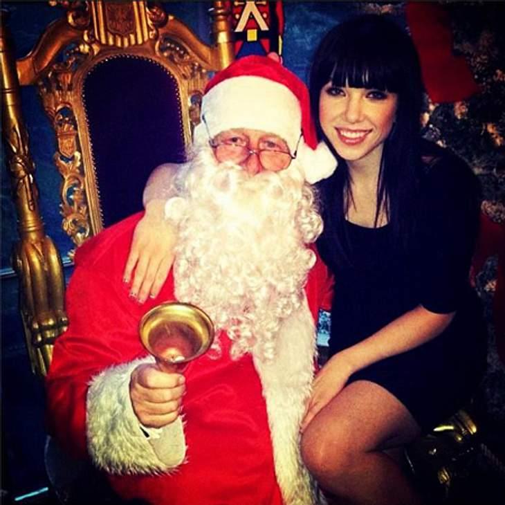 Ho Ho Ho - Stars im WeihnachtsfieberIst Carly Rae Jepsen mit 27 Jahren nicht schon ein bisschen zu alt, um auf dem Schoß des Weihnachtsmanns Platz zu nehmen? Hoffentlich werden all ihre Weihnachtswünsche wahr...