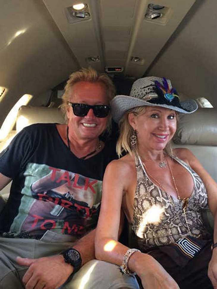 Carmen Geiss im sexy Outfit im Flugzeug.