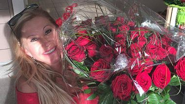 Carmen Geiss bekam zum Geburtstag 49 rote Rosen - Foto: Facebook/ Die Geissens
