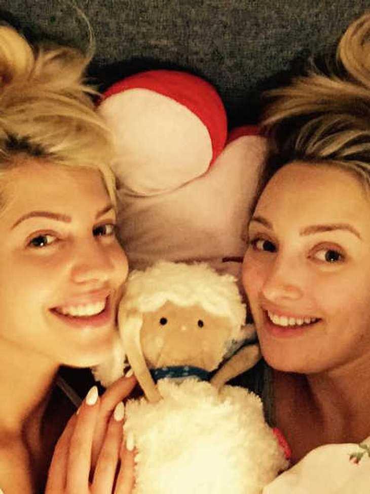 Sarah Nowak und Carolin Ehrensberger kuscheln im Bett.