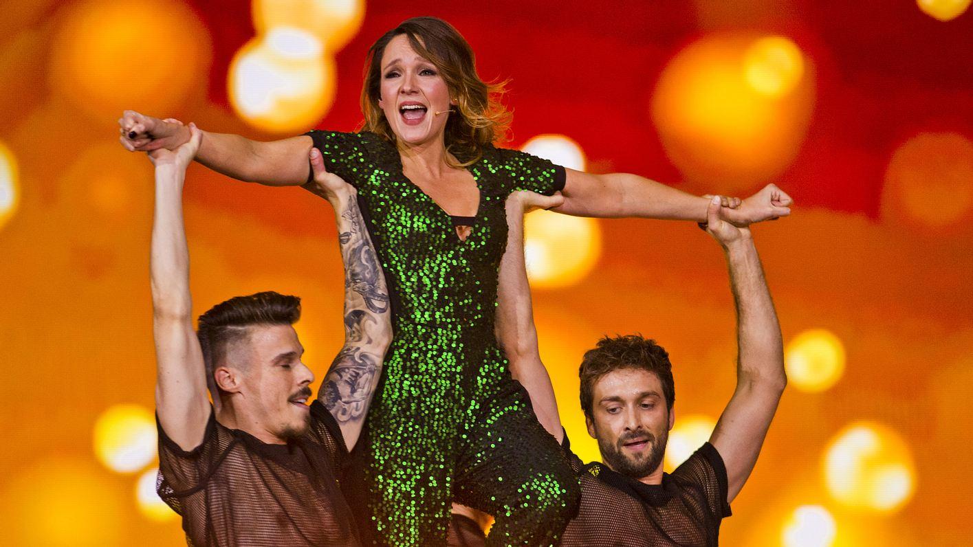 Carolin Kebekus tanzt mit Männern auf der Bühne