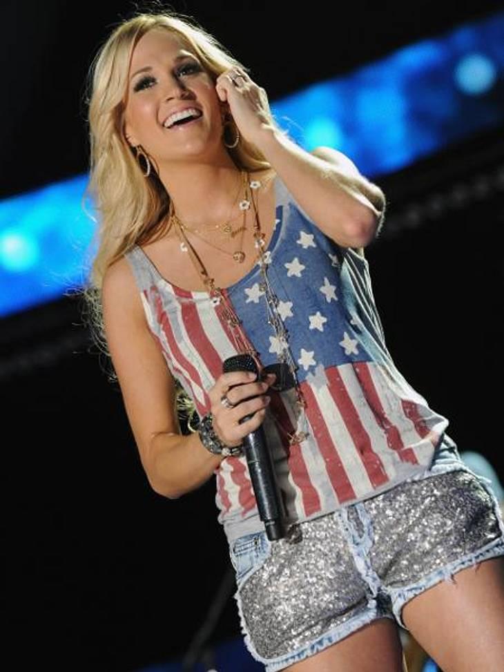 Die Promis stehen auf Stars und StripesCountry-Star Carrie Underwood (29) kombinierte ihr Top zu Glitzer-Hotpants und kreierte damit ein süßes Party-Outfit.