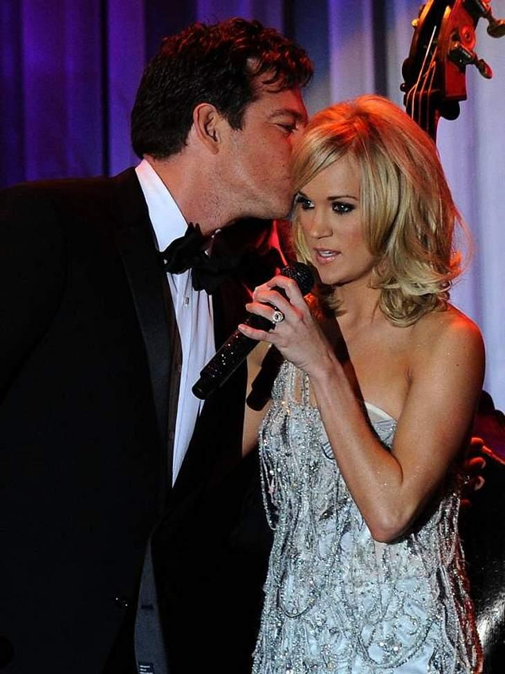 Stars beim KnutschenNoch etwas schüchtern wirkt der Kuss von Harry Connick Jr. (44) und Carrie Underwood (28).
