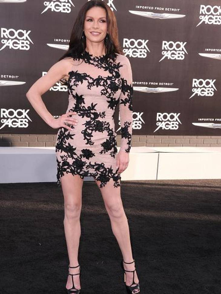 Die Extrem-Diäten der StarsCatherine Zeta-Jones (42) hat ihre schlanke Linie ebenfalls der gefährlichen Hormonspritze zu verdanken. Die 1,69 m große Schauspielerin hat sich damit innerhalb weniger Wochen von 64 auf 53 Kilo runtergehungert.