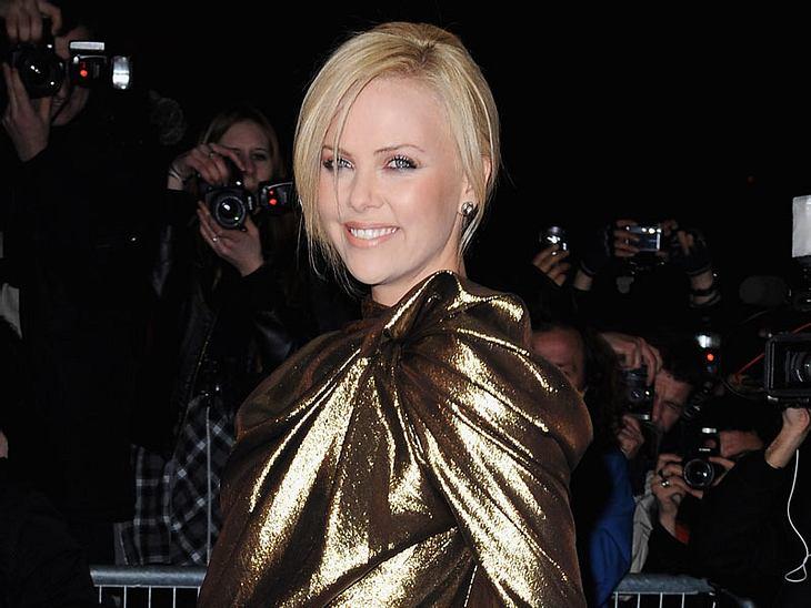 Charlize Theron oder Jenna Elfman - wem steht das Kleid besser?