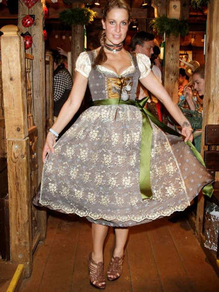 Stars beim OktoberfestAuch Charlotte Engelhardt zeigt, was sie hat. Sie hat sich für eine Schürze aus weißer Spitze entschieden.