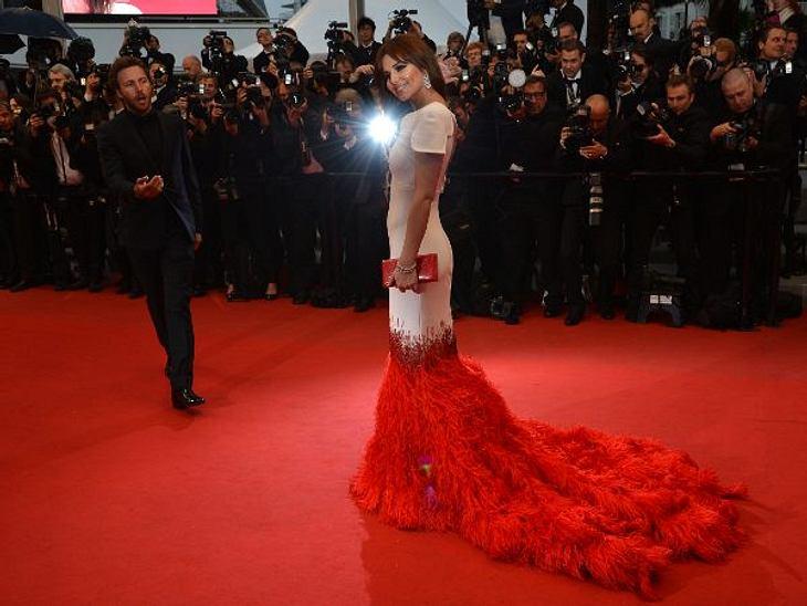 Cannes 2012Man musste schon genau hinsehen, um zu erkenne, dass Cheryl Cole (28) kein knielanges Kleid trug. Die cremefarbene Robe war nämlich mit einer Feder-Schleppe in teppich-farbe ausgestattet.