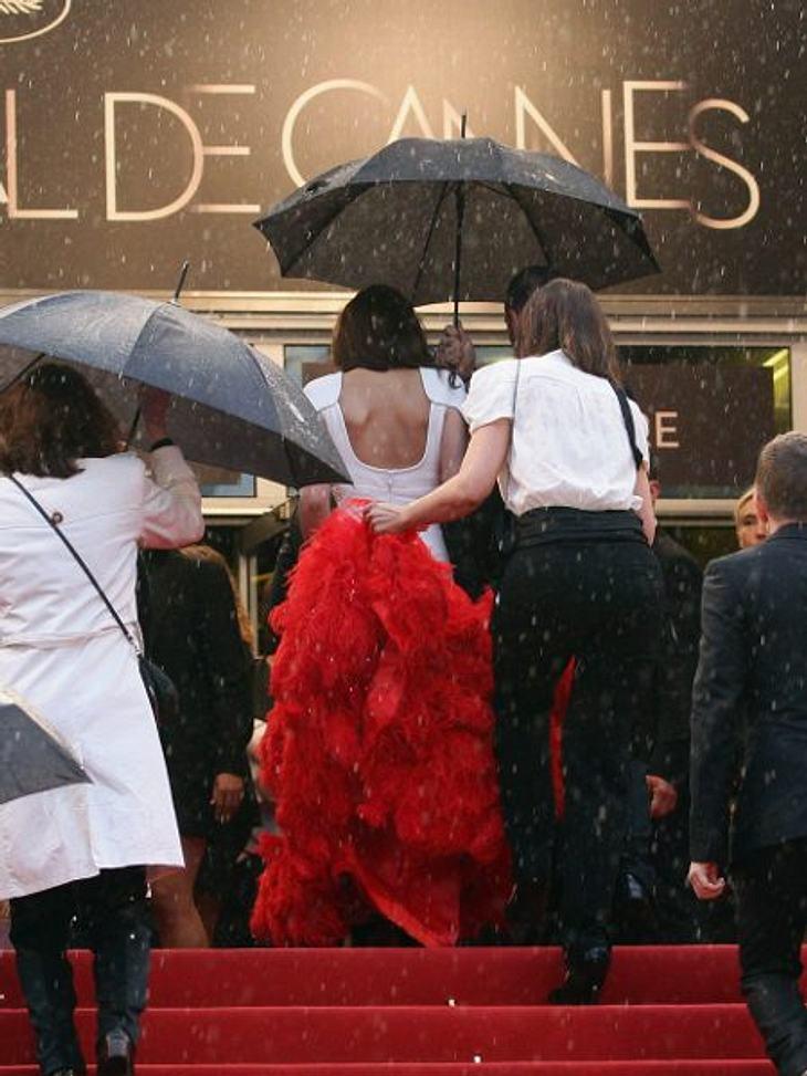Cannes 2012Und dann fing es am Sonntag, den 20. Mai, auch noch heftig zu regnen an. Ein Graus für alle Beteiligten. Vor allem die Frauen mussten mit ihren großen Roben schnell ins Trockene gebracht werden.