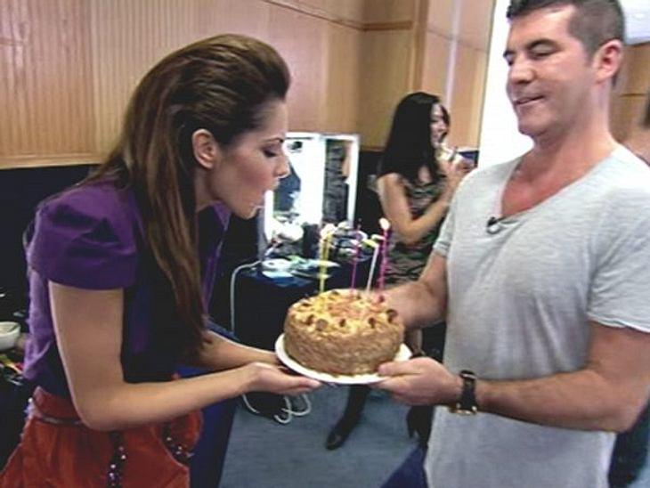 Stars ♥ Torte!Ein wirklich großer Kuchen ist das ja nicht. Aber Cheryl Cole (28) ist sicher froh, dass Kollege Simon Cowell (52) an sie gedacht hat.