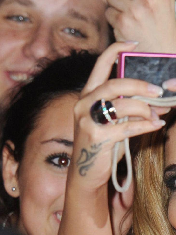 Die Tattoos der Stars: Diese Bilder gehen unter die HautNa, wer trägt denn diese zierliche Ranke an der rechten Hand? Kleiner Tipp, sie hat mal in einer Girl-Band gesungen und stammt aus England.