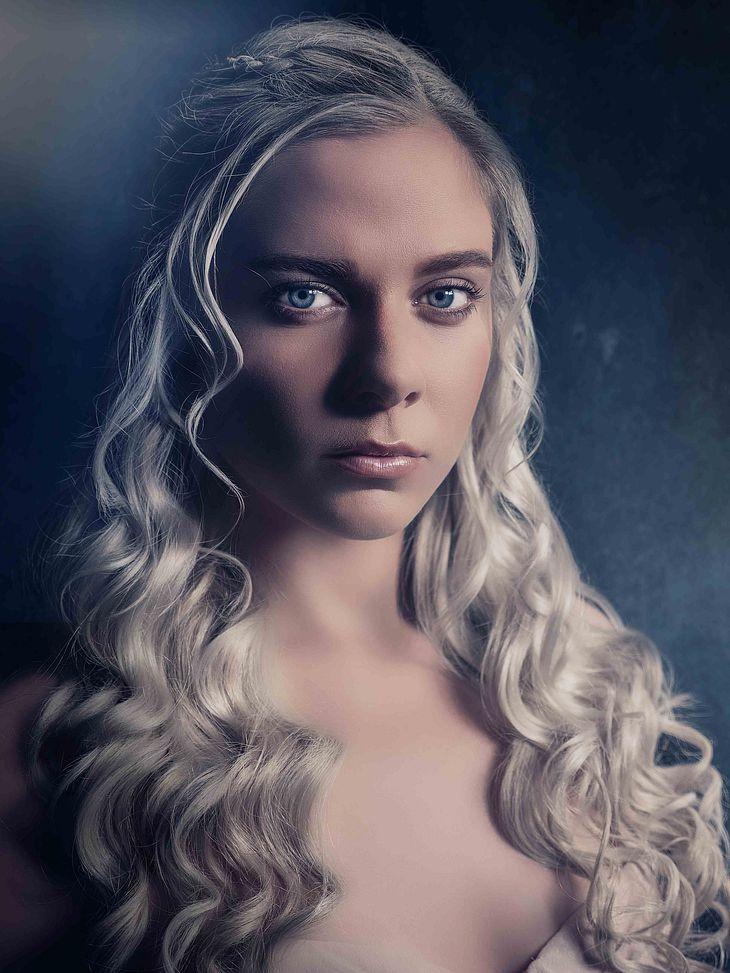 Cheyenne Pahde alsDaenerys Targaryen con Game of Thrones