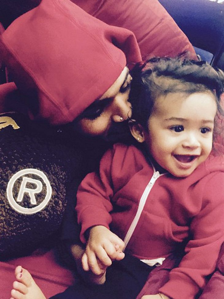 Chris Brown knuddelt mit Royalty.