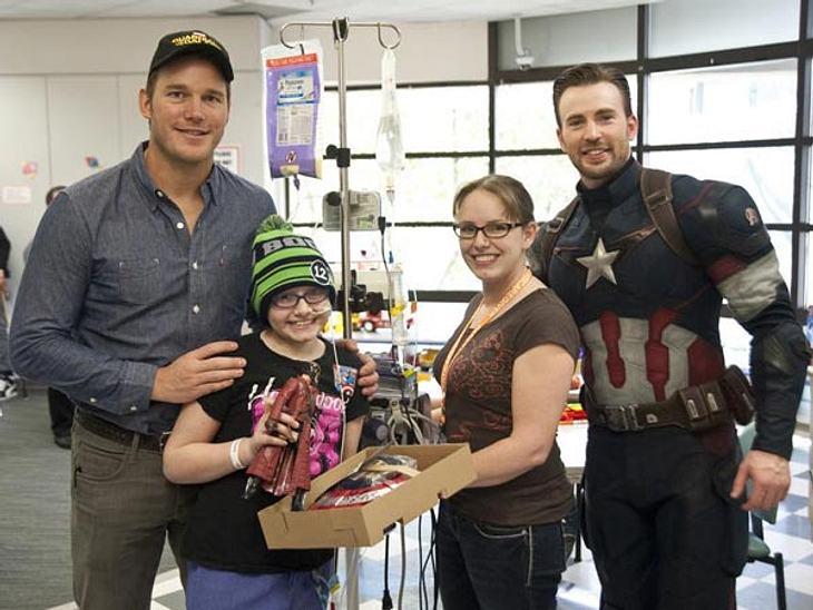 Nicht nur im Film - Für die Kids im Krankenhaus sind die beiden Christopher wahre Helden