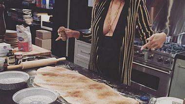 Sexy Küchenfee: Chrissy Teigen zeigt ihre Schwangerschaftskurven - Foto: Instagram / Chrissy Teigen