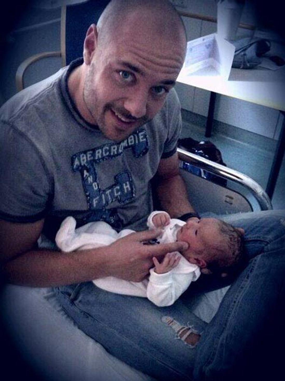 Bald wird Christian Tews sein eigenes Baby in den Armen halten.