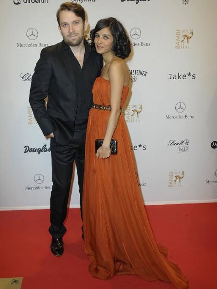 Bambi 2012 - Die Looks der StarsCollien Ulmen-Fernandes (31) und Christian Ulmen (37) bewiesen, dass das Paar-Posing sitzt.