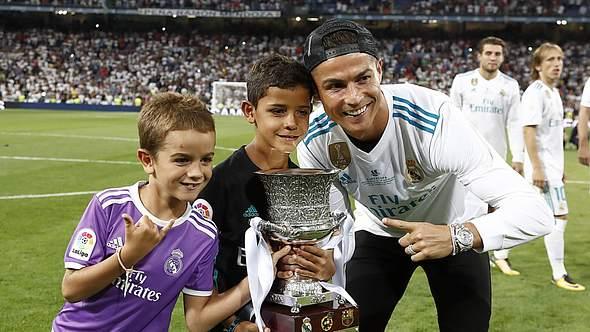 Christiano Ronaldo mit zwei seiner Kinder - Foto: Imago