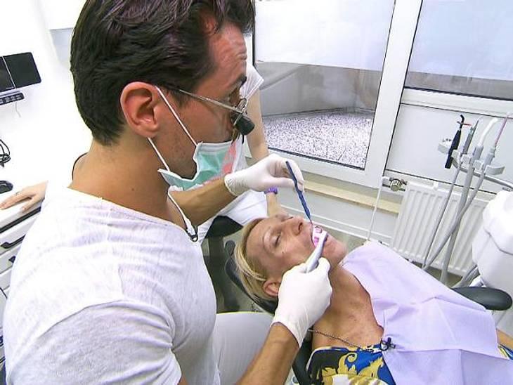 Extrem schön: Christin beim ZahnarztDer Fachmann kümmert sich um Christins problematische Zähne.