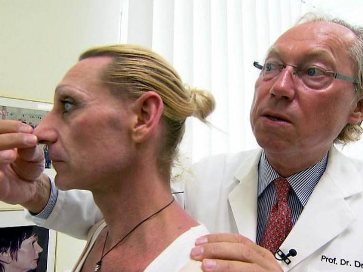 Extrem schön: Christin beim Schönheits-ChirurgenDr. Mang nimmt sich der Nase seiner Patientin an.