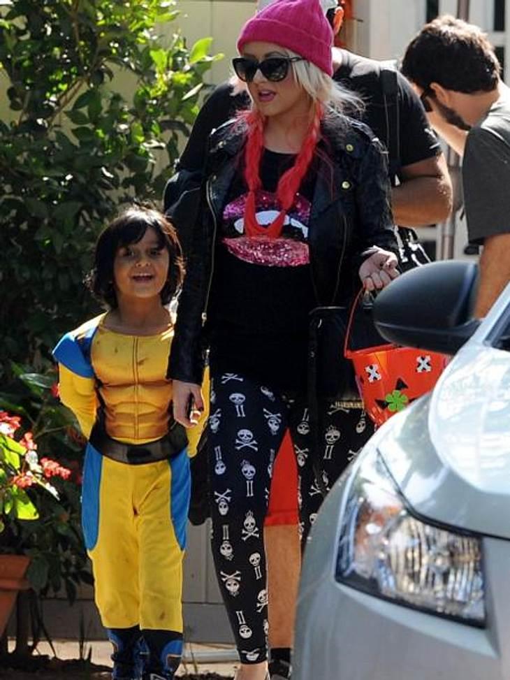 Die schräge Kostüm-Parade der StarsChristina Aguilera (31) hält's dezent mit der Verkleidung: Zu einer Halloween-Party in der Schule ihres Sohns Max (4) kam sie mit Totenkopf-Leggings und T-Shirt im Vampir-Look.