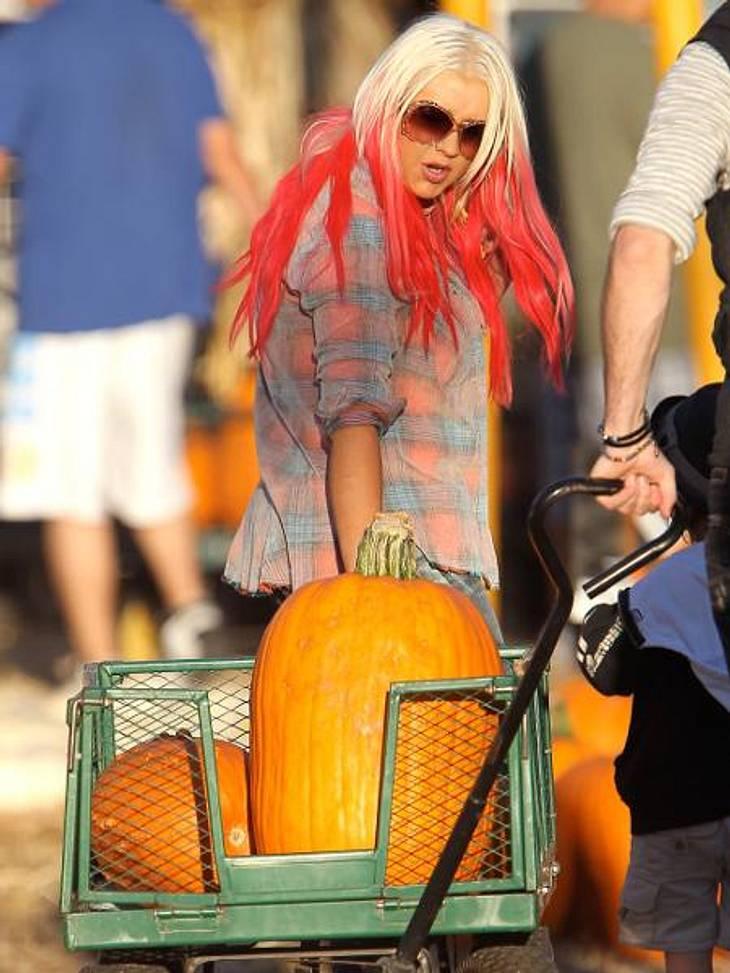 """Happy Halloween! Stars im Kürbis-FieberAuf dem berühtem """"Mr. Bones Pumpkin Patch"""" laden Mutter und Sohn den Bollerwagen randvoll."""