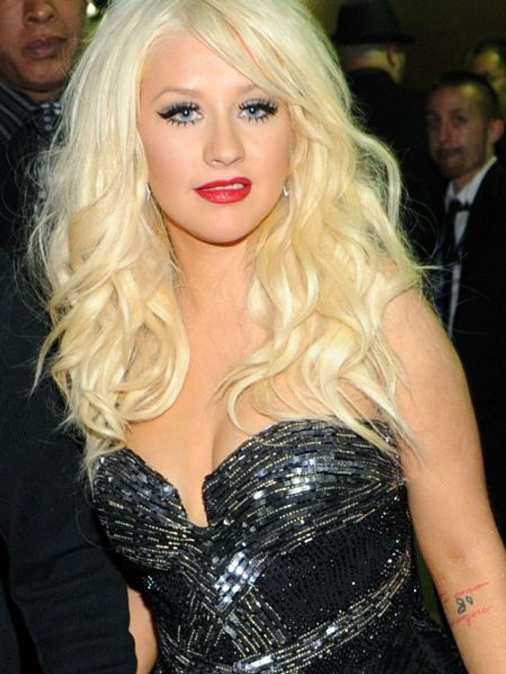 """Die Liebes-Tattoos der StarsAuch Christina Aguilera (31) hat eine bleibende Erinnerung an ihre gescheiterte Ehe mit Jordan Bratman (35). Ihren linken Unterarm ziert der Schriftzug: """"Te amo siempre"""" -""""Ich liebe dich für immer&"""