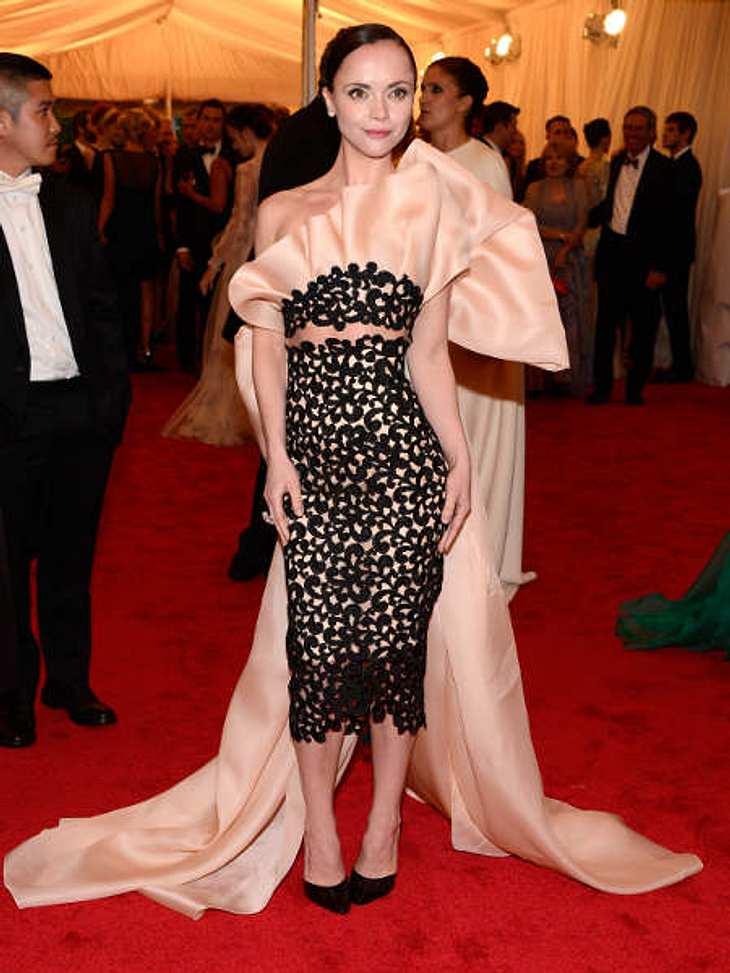 Met-Gala 2012: Die spektakulärsten Kleider des AbendsMit der XXL-Schleife auf den Rücken und dem raffinierten Kleid aus dem Hause Thakoon hatte Christina Ricci (32) definitiv eines der aufsehenerregendsten Kleider gewählt.