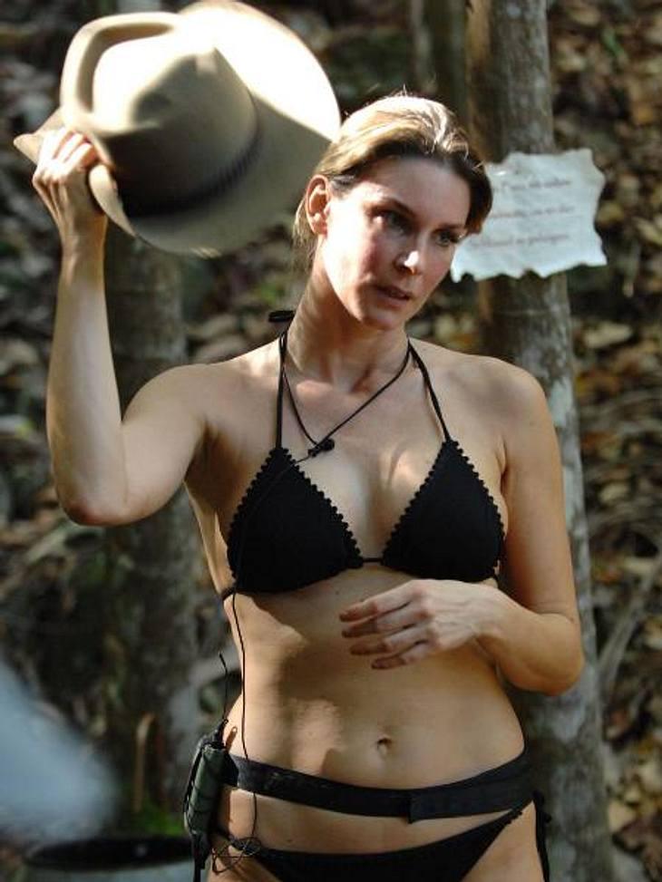 Claudelle Deckert: So sexy ist die Playboy-Beauty im Bikini!Ganz schön heiß! Während sich Claudelle mit dem Hut Luft zufächert, bringt sie die männlichen Kandidaten wohl eher mit ihren heißen Kurven zum Schwitzen.,