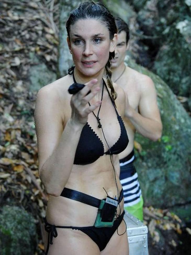 Claudelle Deckert: So sexy ist die Playboy-Beauty im Bikini!Bei einer solch guten Teamarbeit ist es keine Überraschung, dass sie am Ende den Schatz ins Camp bringen.