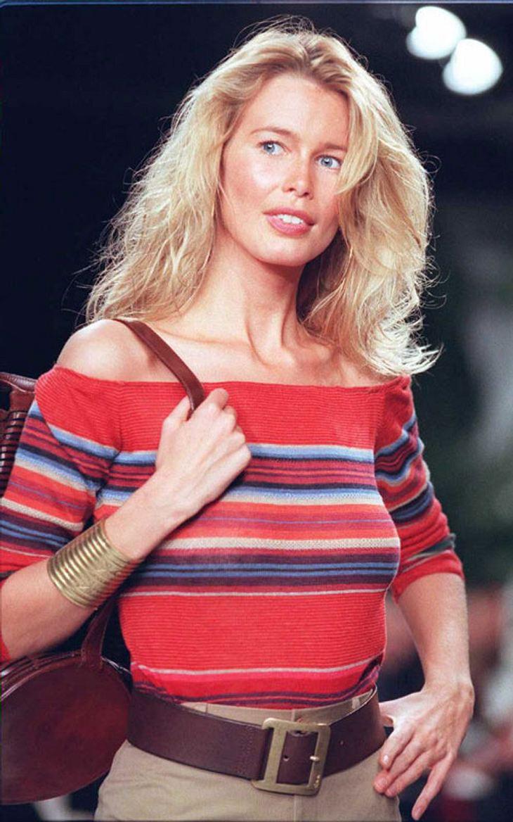 """Claudia Schiffer in einem bunten Pullover auf dem Laufsteg. Heute sagt sie: """"Nie mehr Laufsteg"""""""