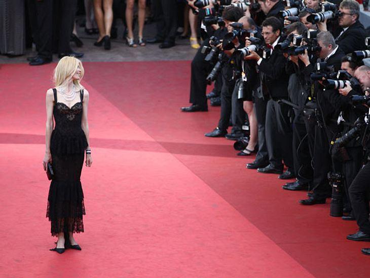 """Claudia Schiffer besucht die Premiere """"This Must Be The Place"""" während des 64. Annual Cannes Film Festival. Wie immer steht sie im Mittelpunkt der Fotografen."""