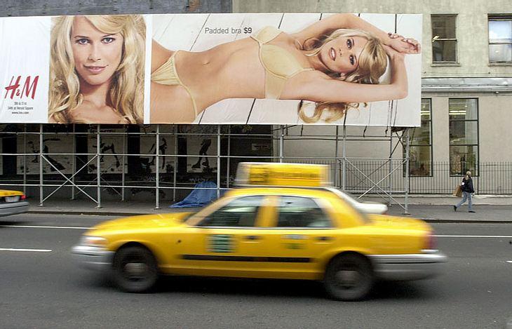 Die damals 30-jährige Claudia Schiffer posierte für eine H&M-Dessous-Kampagne. Gestylt wurde sie im Stil der 60er-Jahre, mit einer Frisur a la Brigitte Bardot.