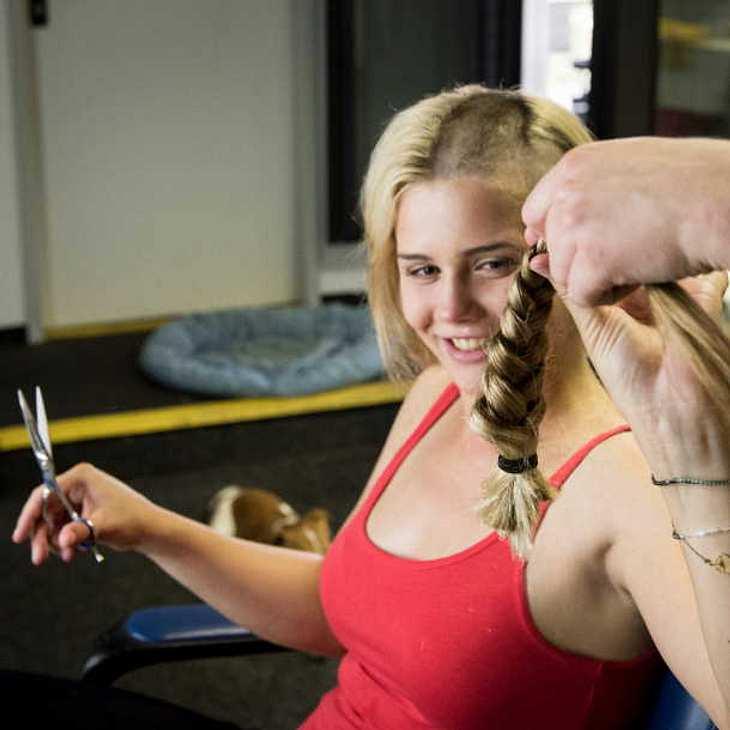 Club der roten roten Bänder-Star Nele Schepe spendet Krebspatienten ihre Haare!