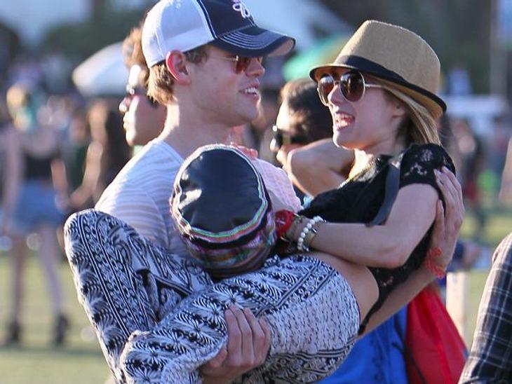 Coachella Festival 2012 Emma Roberts (21) ist frisch verliebt und lässt sich von ihrem neuen Freund auf Händen übers Festival tragen.