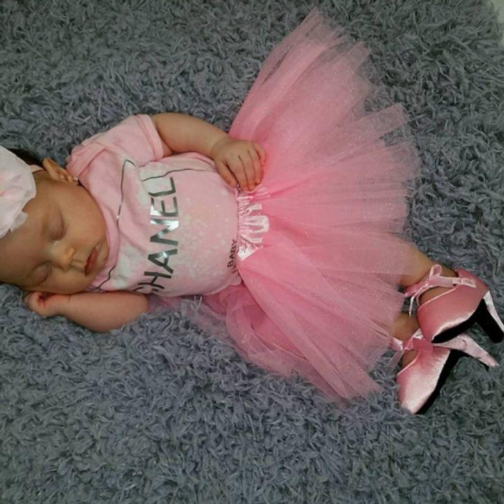 """Baby Chanel trägt schon """"High Heels"""""""