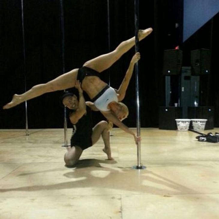 Coco Austin ist akrobatisch