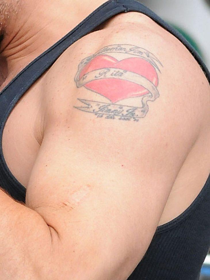 """Die Tattoos der Stars: Diese Bilder gehen unter die HautEin kräftiger Männer-Oberarm mit einem großen Herz inklusive der Aufschrift """"Rita"""". Wem könnte das bloß gehören?"""