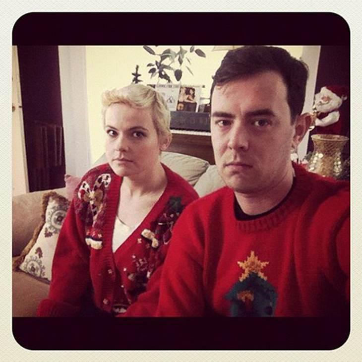 Ho Ho Ho - Stars im WeihnachtsfieberColin Hanks (35), Sohn von Tom Hanks (56), scheint von seinem X-Mas-Sweater nicht sonderlich begeistert zu sein...
