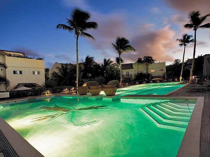 """Luxus-Hotels: Hier steigen die Stars abIm Pool des Luxus-Ressorts  """"Cotton Bay"""" verbrachte Amy Winehouse wohl damals die wenigste Zeit. Stattdessen tollte sie mit einheimischen Kids am Strand umher, nahm Reitstunden oder lümmelte"""