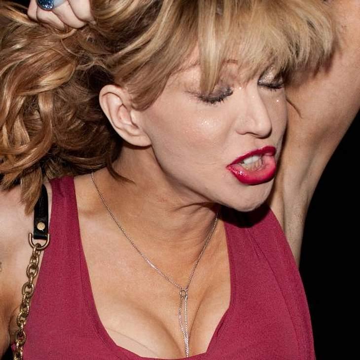 VIP-Grimassen: Einmal komisch gucken, bitte! Courtney Love ist öfter mal unbeherrscht: Sie drückt ihre Gefühle dann auch mit einem beängstigenden Gesicht aus.