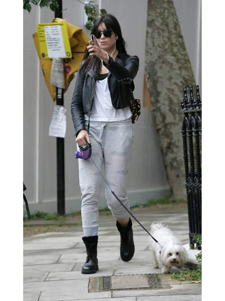 V.I.Pets: Stars lieben ihre HundeTotal normal: Daisy Lowe (23) führt ihren Malteser Monty ganz unglamourös im Schlabber-Look Gassi.